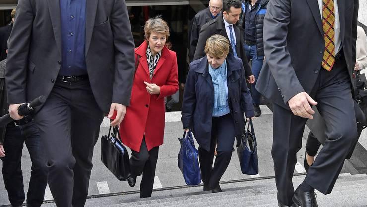 Bundesrätinnen Simonetta Sommaruga, links, und Viola Amherd, rechts, auf dem Weg zum Schweizerischen Landesmuseum in Zürich am Mittwoch, 15. Mai 2019.