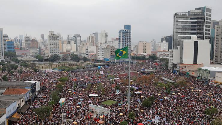 In Brasilien sind am Samstag (Ortszeit) in zahlreichen Städten tausende Menschen gegen den Präsidentschaftskandidaten Jair Bolsonaro auf die Strasse gegangen.