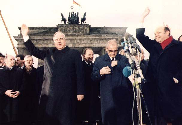 DDR-Ministerpräsident Hans Modrow (Zweiter von rechts) und BRD-Bundeskanzler Helmut Kohl (links) bei der Feier zur Öffnung der Berliner Mauer am 22. Dezember 1989. Modrows Amtszeit begann kurz nach dem Mauerfall und endete am 12. April 1990 nach einem Wahlsieg von Kohls CDU.