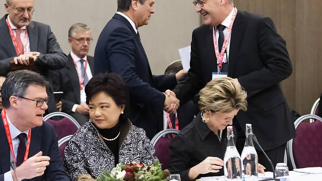 Übergangslösung für Streitschlichtung in der WTO gefunden: Bundesrat Guy Parmelin (rechts) und WTO-Generaldirektor Roberto Azevedo am WEF in Davos.