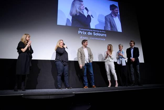 Den «Prix de Soleure» verlieh die Dreier-Jury (ganz rechts) der Regisseurin Eva Vitija (2. v. l.) und ihrem Produzenten für den Dok-Film «Das Leben drehen – wie mein Vater versuchte, das Glück festzuhalten»