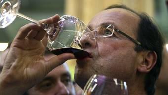 Mit der Plünderung des Elyséé-Weinkellers macht sich Hollande in Frankreich nicht unbedingt beliebter.