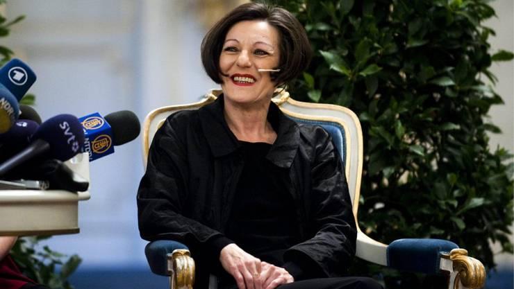 Ihre Kindheit in Rumänien, ihr Aufbegehren und ihre Anklage gegen den Sozialismus sind die Fäden, die Herta Müllers Bücher durchziehen. Schon vor dem Nobelpreis hatte die in Deutschland lebende Autorin grosse Resonanz, der Preis verstärkte sie im deutschsprachigen Raum nachhaltig.