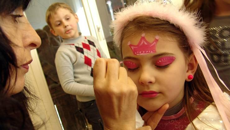 Hochbetrieb im Schminkraum, wo nicht nur Prinzessinnengesichter gezaubert werden.  fotos mu