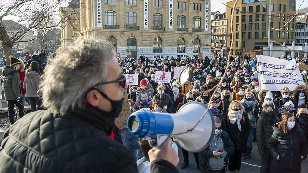 Über 500 Menschen demonstrieren in Neuenburg für Gastronomen