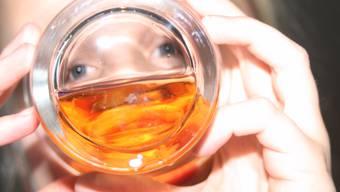Kind mit Glas beim Trinken