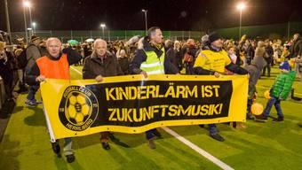 Gut 600 Mitglieder und Sympathisanten des FC Herrliberg (FCH) zeigten mit dem Protestmarsch ihr Unverständnis gegenüber den beiden Lärmklägern. Der Anlass lockte auch zahlreiche Medienvertreter an.