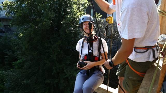 30 Meter in den Abgrund: Badener-Tagblatt-Redaktorin Sabina Galbiati hat die Abseil-Abenteuer am Promenadenlift gestestet.