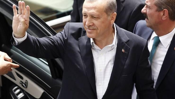 Der türkische Präsident Recep Tayyip Erdogan winkt am Sonntag in Istanbul vor der Stimmabgabe Unterstützern zu (Archiv)