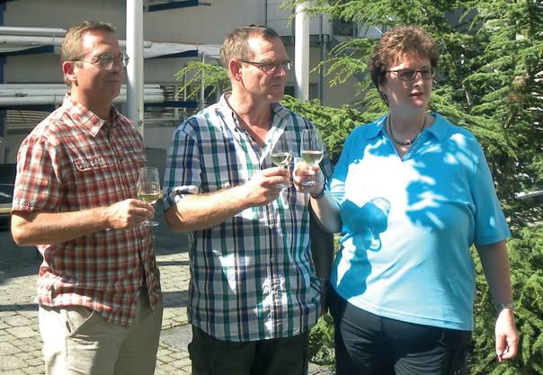 Von links Fahnengötti (Philipp Räber), Vereinsfähnrich (Beat Zimmermann) und Fahnengotte (Esther Amstutz)