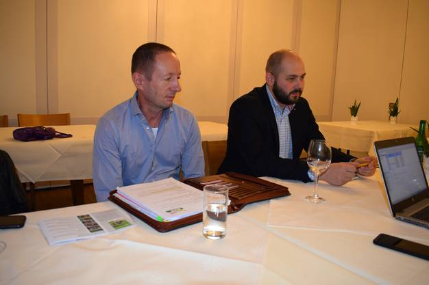 Patrick Kneubühler (links), Präsident der SVP Allschwil, und Florian Spiegel, Präsident der SVP-Fraktion im Allschwiler Einwohnerrat, legen ihre Sicht der Dinge dar.