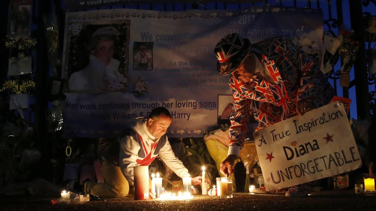 Auch heute gedenken in Paris und London noch tausende Prinzessin Diana, der Königin der Herzen. Es werden Blumen und Briefe abgelegt. (© Keystone)