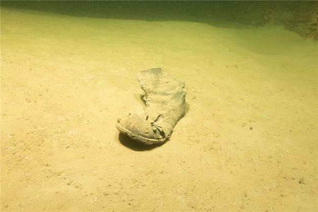 Der Schuh auf dem Seegrund gibt Anlass zu Spekulationen.