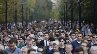 """Hunderte demonstrieren in Moskau für freie Wahlen. Kreml-Chef Putin könnte bald am Ende sein mit seiner """"gelenkten Demokratie"""" und müsste sich etwas einfallen lassen, um an der Macht zu bleiben."""