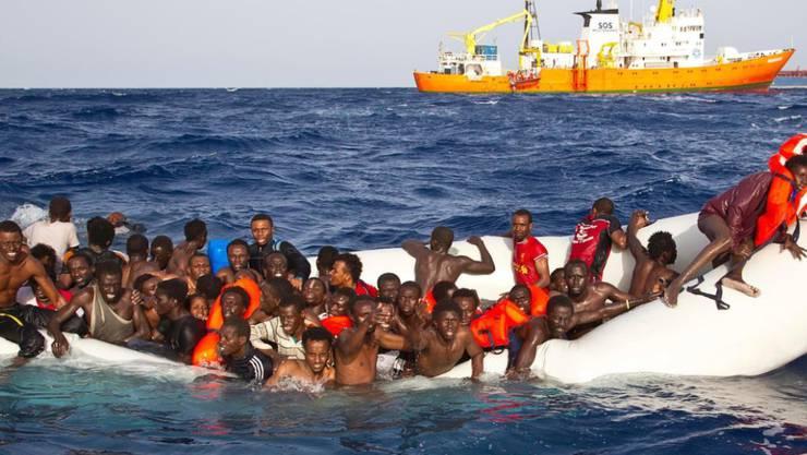 Flüchtlinge auf einem sinkenden Boot im Mittelmeer. Symbolbild)