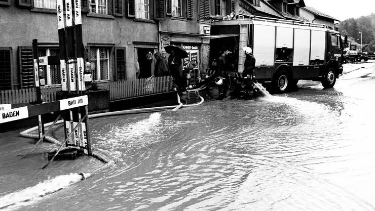 Marktgasse Endingen: Die Feuerwehr pumpt Wasser aus dem Denner.