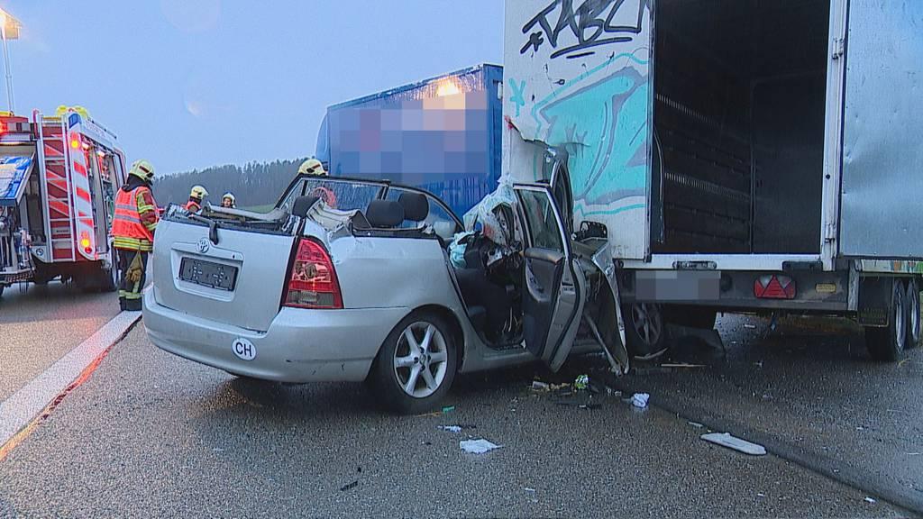 Zwei Verletzte nach schwerem Autounfall auf A1