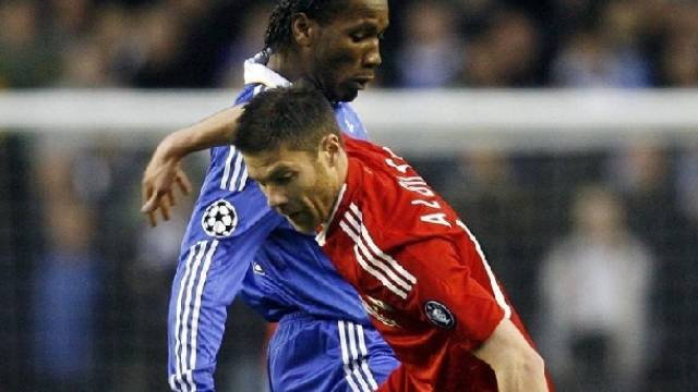Chelseas Didier Drogba im Duell mit Liverpools Xabi Alonso