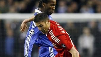 Chelseas Didier Drogba im Duell mit Liverpools Xabi Alonso