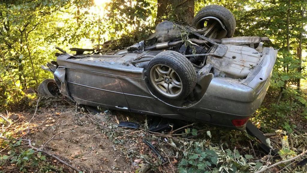 In einem Waldstück neben der Autobahn A1 in Suhr AG gefunden: Der Lenker dieses demolierten Autos erlitt beim Selbstunfall tödliche Verletzungen.
