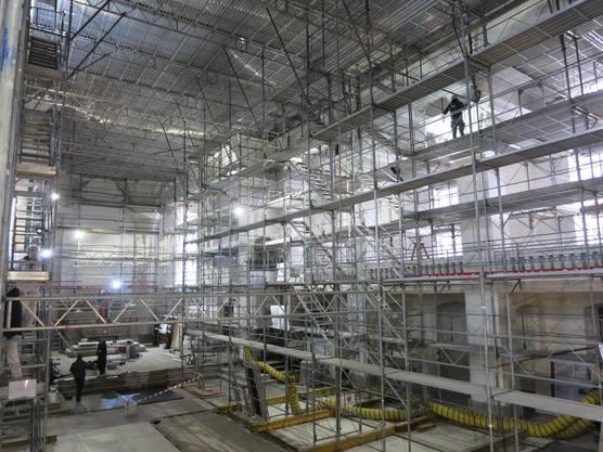 Der historische Boden und das Stuckgewölbe abgedeckt, das Schiff eingerüstet: Die Stadtkirche Olten zeigte sich 2018 als Baustelle.