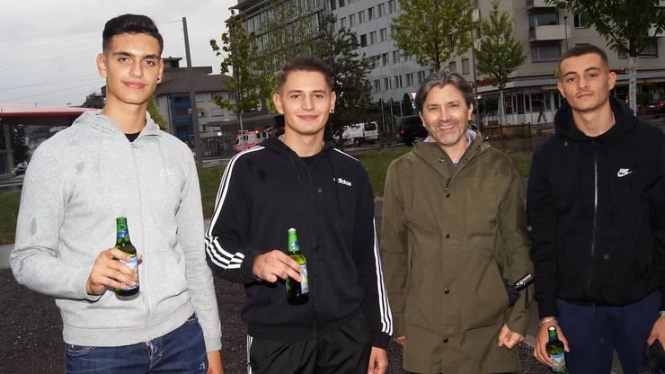 Stapi Markus Bärtschiger mit den drei Schlieremer Jungs Nikolla, Eron und Fanol.