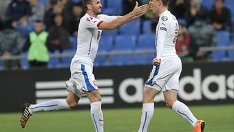 Tomas Sivokc und Torschütze Borek Dockal jubeln über das 1:0