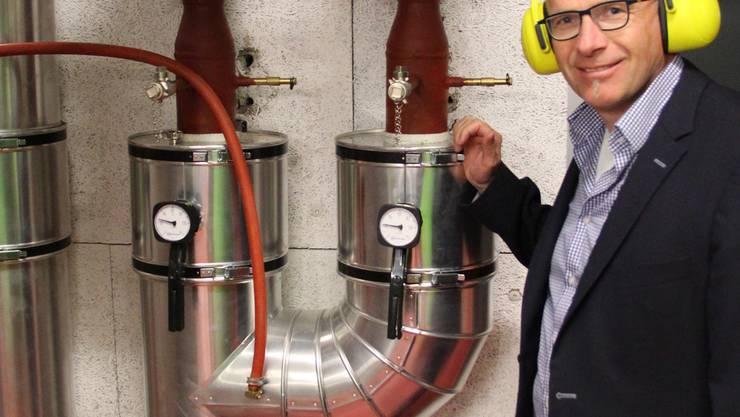 Die Abwärme der Biogas-Stromgeneratoren wird über eine Fernwärmeleitung dem Reusspark zugeführt. Werner Humbel von der Recycling Energie AG präsentiert das Kühlsystem im Motorenraum.ROB