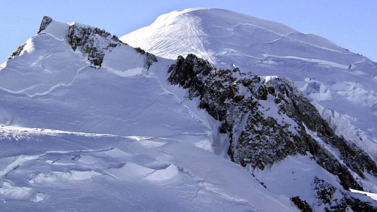 Eine Provokation für die Franzosen: Am Dienstag landete eine Piper des Aero-Club Genf im Mont-Blanc-Massiv.  Dem Piloten drohen Sanktionen bis zu einem Entzug der Fluglizenz. (Symbolbild)