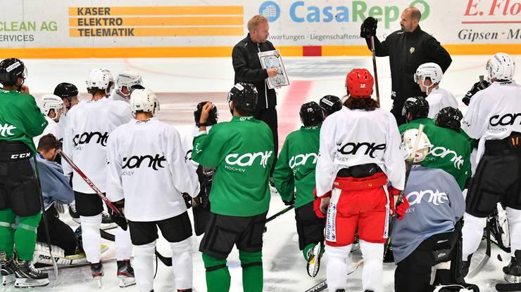 Fredrik Söderström und Marc Grieder instruieren die Spieler
