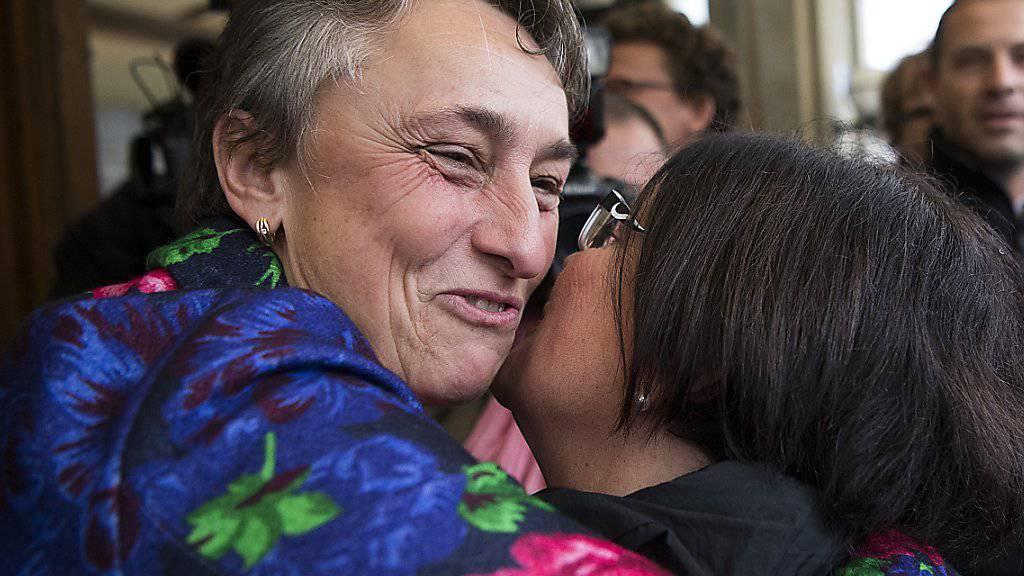 Erleichterung bei den beiden Freiburger Staatsrätinnen Marie Garnier (links) und Anne-Claude Demierre: sie schafften am Sonntag die Wiederwahl in die Kantonsregierung.