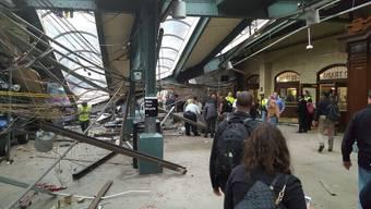 Bei einem Zugunglück nahe New York sind zahlreiche Menschen verletzt worden.