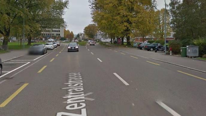 Im Kreisverkehr Alberich Zwyssigstrasse - Zentralstrasse in Wettingen kam es zur Kollision zwischen Auto und Velofahrerin.