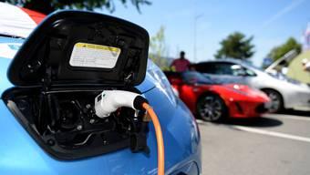 Tanken mit Elektro. Geht es nach den Jungen Grünliberalen, setzt sich das Elektroauto auch bald bei den Fahrschulen durch. (Symbolbild)