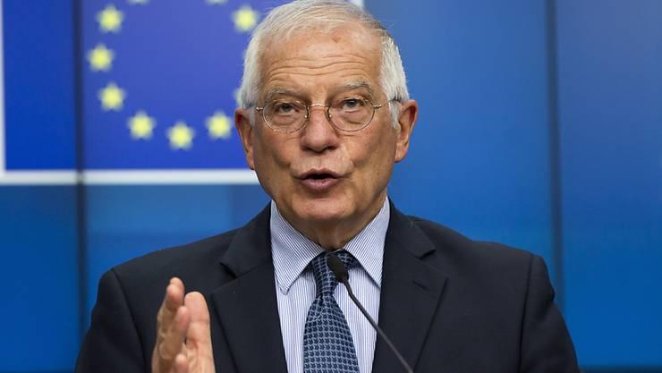 ARCHIV - Josep Borrell (r), EU-Außenbeauftrager aus Spanien, spricht während einer Medienkonferenz nach einem Treffen der EU-Außenminister per Videokonferenz im Gebäude des Europäischen Rates. Borrell hat die von China geplante Einführung eines Sicherheitsgesetzes für Hongkong kritisiert. Foto: Virginia Mayo/AP Pool/dpa