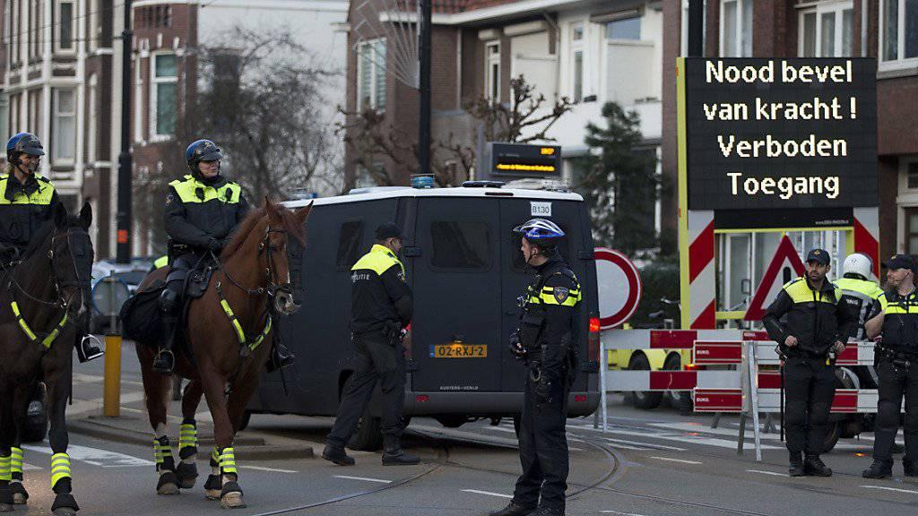 Kein Durchgang: Die Polizei sperrte den Zugang zum türkischen Konsulat in Rotterdam.