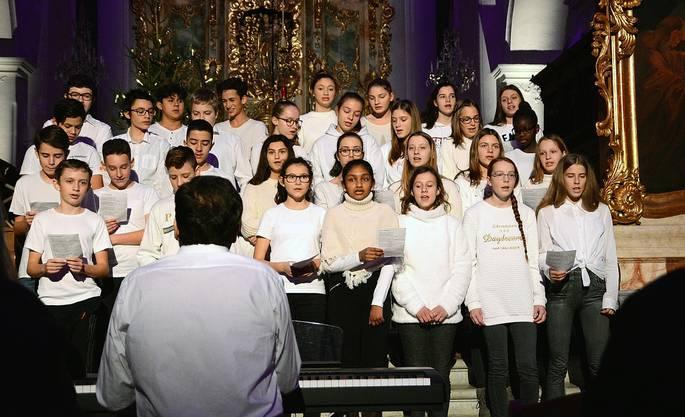 Der Schülerchor unter der Leitung von Daniel Cartier sang unter anderem den Reggae-Song «One Love» von Bob Marley