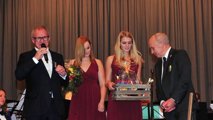 Ehrendamen Julia (l.) und Beatrice Suter überreichen Maurer einen Korb voller Freienwiler Köstlichkeiten, links OK-Chef Hanspeter Geissmann.