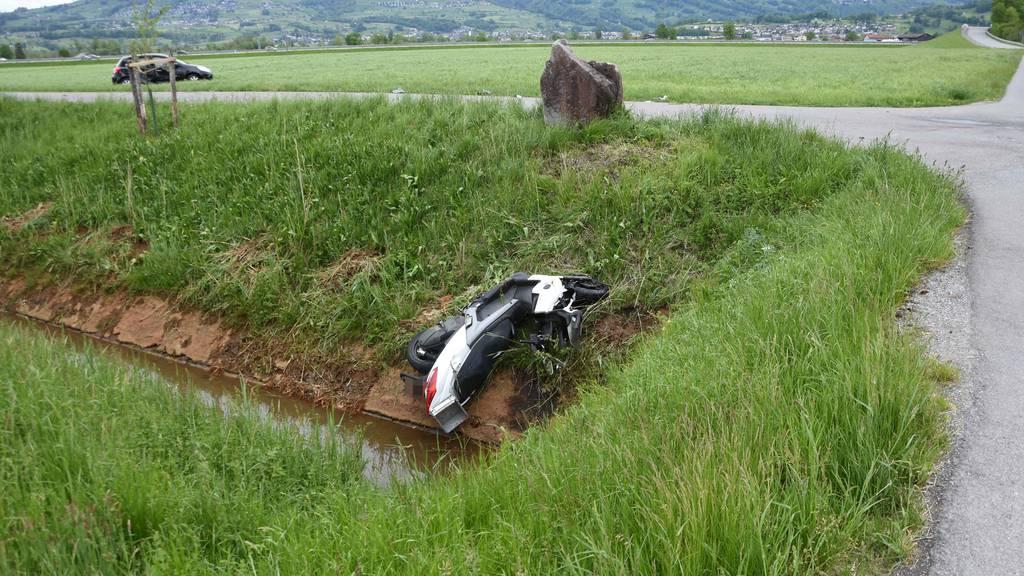 Motorrad landet nach Unfall in Kanal