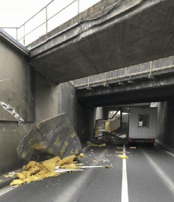 Der Baucontainer eines Sattelmotorfahrzeugs touchiert eine Eisenbahnbrücke. Der Container rutscht auf die Gegenfahrbahn, es kommt zur Kollision mit einem Auto. Verletzt wird niemand.