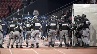 Vermummte Fans randalieren nach dem Super League Fussballspiel zwischen dem FC Zuerich und dem FC Vaduz im Letzigrund, am Mittwoch, 25. Mai 2016 in Zürich.