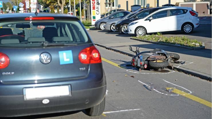 Die beiden Unfallfahrzeuge, das Auto der 19-jährigen Lernfahrerin und der Roller am Boden.