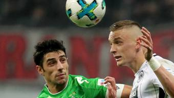 Bezeichnend: Frankfurts Marius Wolf (rechts) ist vor Lars Stindl am Ball