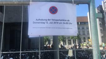 Die Parkplätze vor der Aargauischen Kantonalbank kommen weg.