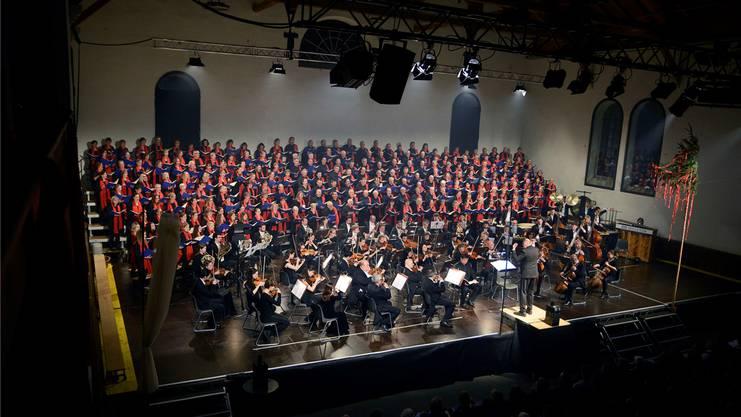 Allein schon die Masse ist Spektakel: der Classic Festival Chor und die Kammerphilharmonie Europa unter Leitung von Markus Oberholzer.