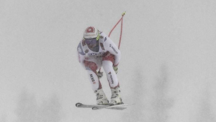 Beat Feuz fliegt durch den Nebel. Der Schneefall macht es noch schwieriger.