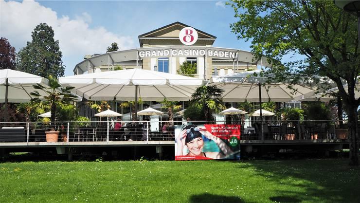Hing während Wochen bei der Terrasse des Casino-Restaurants: Ja-Plakat zum neuen Geldspielgesetz.