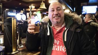 Cheers! Wissen Sie, in welchem Basler Pub Ihnen dieser Herr gerade zuprostet?