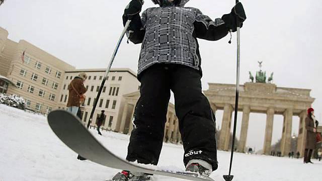 Schnee vor dem Brandenburger Tor in Berlin lädt zum Skifahren ein