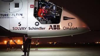 Pilot André Boschberg bei der Vorbereitung zum Start in Tulsa